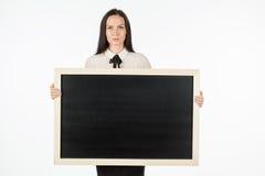 Porträt eines Studenten, Mädchen, eine leere Anschlagtafel halten Stockfotos