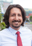 Porträt eines türkischen Geschäftsmannes draußen vor seinem Büro Lizenzfreie Stockfotografie