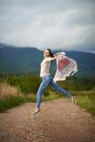 Porträt eines Tanzens der jungen Frau im Freien Stockfotos