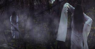 Porträt eines toten Mädchens auf Halloween in einem düsteren Wald lizenzfreies stockbild