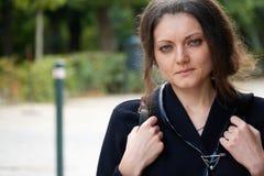 Porträt eines touristischen Mädchens mit einem Rucksack im Park lizenzfreie stockfotos
