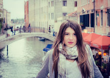 Porträt eines touristischen Mädchens in Venedig Stockfotografie