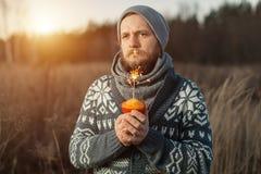 Porträt eines touristischen Waldes des Mannes des bärtigen Hippies im Wald Lizenzfreie Stockbilder