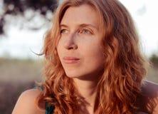 Porträt eines Träumens und des schönen rothaarigen Lizenzfreies Stockfoto