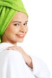Porträt eines tragenden Bademantels der Frau Stockfoto