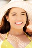 Porträt eines tragenden ein Sonnenbad nehmenden Hutes der Frau Lizenzfreie Stockfotos