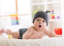 Porträt eines tragenden Kaninchenhutes des netten 5-Monats-Babys Stockfotografie