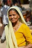 Porträt eines tragenden Trachtenkleids des älteren hindischen Frauenpilgers an der Straße in Orchha, Indien stockfotos