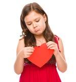 Porträt eines traurigen kleinen Mädchens im Rot Stockfoto