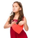 Porträt eines traurigen kleinen Mädchens im Rot Lizenzfreies Stockbild
