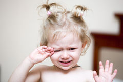 Porträt eines traurigen Mädchenkindersitzens und -schreies auf einem Bett im Schlafzimmer Kind, das im Bett unglücklich aufwacht  Stockbilder