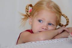 Porträt eines traurigen Mädchens lizenzfreie stockfotos