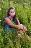 Porträt eines traurigen Mädchens im Gras Stockbilder
