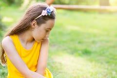 Porträt eines traurigen schönen jugendlich Mädchens, das draußen träumt platz Stockfoto