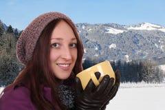 Porträt eines Trinkbechers der jungen Frau Tees in den Bergen Stockfotografie
