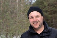 Porträt eines verärgerten kaukasischen Mannes im Wald stockfotos