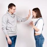 Porträt eines verärgerten schreienden Paares gegen weißen Hintergrund Lizenzfreies Stockfoto