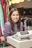 Porträt eines Verkäufers in einem Kleidungs-Shop stockfotos