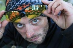Porträt eines weißen kaukasischen Mannes mit Borsten überrascht und heraus schauend lizenzfreie stockbilder