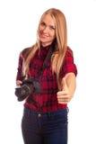 Porträt eines weiblichen Fotografen, der Daumen oben über Weiß gestikuliert Lizenzfreie Stockfotografie
