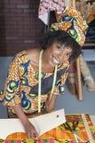 Porträt eines weiblichen Modedesigners des Afroamerikaners, der an Gewebe arbeitet lizenzfreies stockfoto