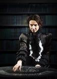 Porträt eines weiblichen Wahrsagers mit den Karten Stockfotos