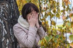 Porträt eines weinenden Mädchens mit dem gelockten Haar Stockfoto