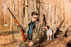 Porträt eines Yang-Jägers mit einem Hund auf dem Wald stockfoto