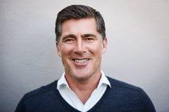 Porträt eines zugänglichen reifen Mannlächelns lizenzfreie stockfotos