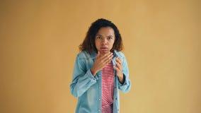 Porträt entsetzter erschrockener Afroamerikanerdame, die Kamera mit Furcht betrachtet stock footage
