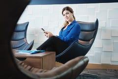 Porträt-ernste Geschäftsfrau Looking At Camera im Büro-Warteraum lizenzfreie stockbilder