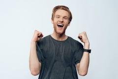 Porträt euphorischer ekstatischer Guy Celebrating Success lizenzfreie stockbilder