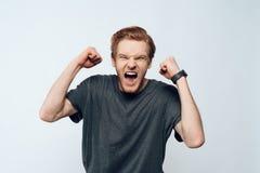 Porträt euphorischer emotionaler Guy Celebrate Success stockfotos