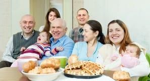 Porträt glücklicher tmultigeneration Familie Stockbild