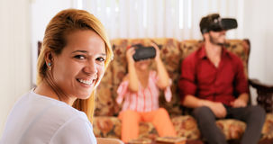 Porträt-glückliches Mutter-Lächeln und Familie virtuelle Realität spielend lizenzfreie stockfotos