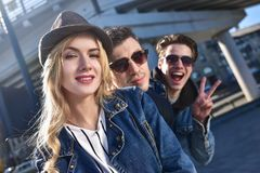 Porträt Gruppenlächeln und -grinsenfreund in den sunglass, die Spaß haben Lizenzfreie Stockfotografie