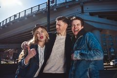 Porträt Gruppenlächeln und -grinsenfreund in den sunglass, die Spaß haben stockfotografie