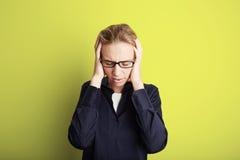 Porträt-hübsche recht junge Frau, die ihren Kopf ergreift, übergibt Kopfschmerzen Leerer gelber Hintergrund Schönheit, Schock, Mo Lizenzfreie Stockbilder