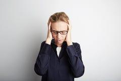 Porträt-hübsche recht junge Frau, die ihren Kopf ergreift, übergibt Kopfschmerzen Leerer weißer Hintergrund Schönheit, pflegend,  Lizenzfreie Stockfotografie