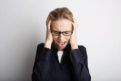 Porträt-hübsche recht junge Frau, die ihren Kopf ergreift, übergibt Kopfschmerzen Leerer weißer Hintergrund Schönheit, Schmerz, M Stockfotografie