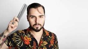 Porträt-hübscher bärtiger Mann, der das stilvolle Hemd bürstet langes Haarekämmen trägt Schönheit, pflegend, Leute-Konzept-Foto Lizenzfreies Stockbild