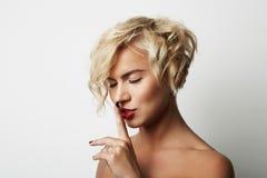 Porträt-hübscher junge Frauen-blondes Haar-tragender Kleiderleerer weißer Hintergrund Schönheits-Mode-Lebensstil-Leute-Foto Lizenzfreie Stockbilder