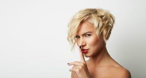 Porträt-hübscher junge Frauen-blondes Haar-tragender Kleiderleerer weißer Hintergrund Schönheits-Mode-Lebensstil-Leute-Foto Lizenzfreie Stockfotos