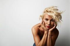 Porträt-hübscher junge Frauen-blondes Haar-tragender Kleiderleerer weißer Hintergrund Schönheits-Mode-Lebensstil-Leute-Foto Stockfoto