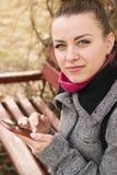 Porträt hübscher Mode blondie Frau, die Kamera betrachtet Lizenzfreie Stockfotos