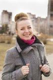 Porträt hübscher Mode blondie Frau, die Kamera betrachtet Glänzendes Lächeln Stockfotos