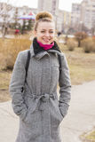 Porträt hübscher Mode blondie Frau, die Kamera betrachtet Glänzendes Lächeln Lizenzfreies Stockfoto