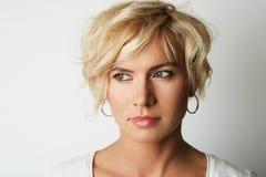 Porträt-hübsches blondes junge Frauen-Haar-leerer weißer Hintergrund Schönheits-Mode-Leute-Foto Hübsches Mädchen-lächelnde Kamera Stockfotos
