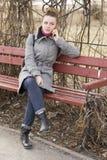 Porträt hübsches Mode blondie europäischer Frau, die am Telefon spricht Glänzendes Lächeln Stockfotografie