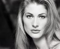 Porträt, Headshot, Gesicht der jungen, sexy der Schönheit Blondine lang mit schwülem Blick und der schönen Augen Stockfotografie